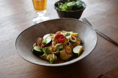 夏野菜のパスタを楕円鉢に盛る