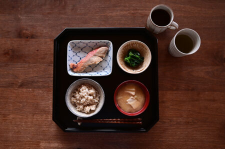清水なお子さんの網目水玉文四方皿を使って朝ごはん