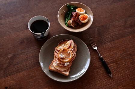 りんごトーストを田谷直子さんの灰釉グレー皿に
